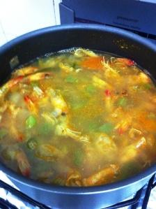 Caldo com as cascas de camarões e legumes