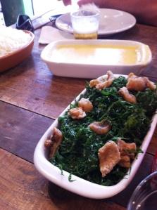 Couve e polenta acompanham molho pardo do Restaurante Raimundo Sem Braço