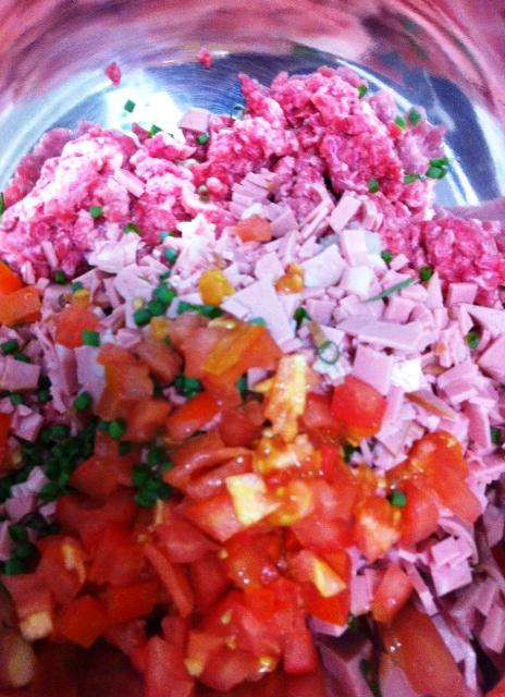 Misturando os ingredientes do recheio da esfiha de carne