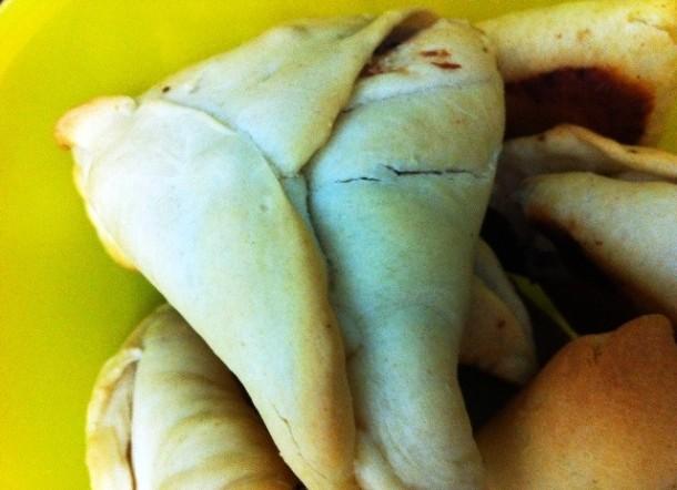 Guarde as esfihas de carne depois de assadas em uma visilha com tampa