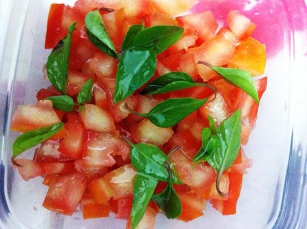 Tomate com manjericão, azeite e sal