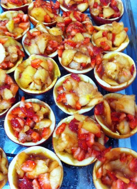 Recheie com a mistura de morangos e maçãs