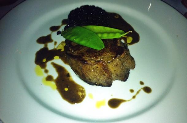 Medalhão de filé com arroz negro  - Flores Restaurante