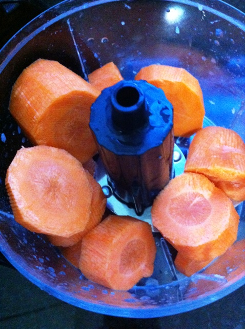 Corte a cenoura em cubos e coloque no processador