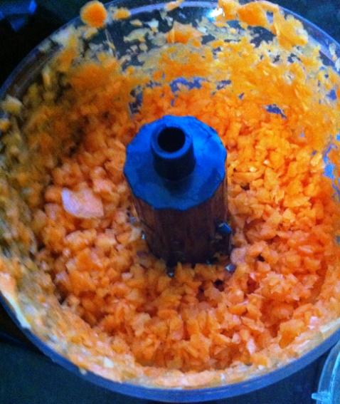 Cenoura já cortadinha triturada no processador