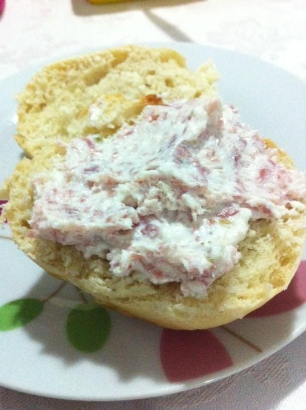 Patê de salaminho com pão de cebola