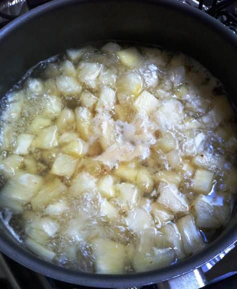 Abacaxi fervendo com açúcar